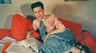 Simone_de_Beauvoir_lying_on_her_red_couch_Paris_1952