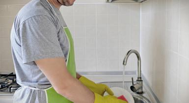 man_washing_dishesIC__600x357