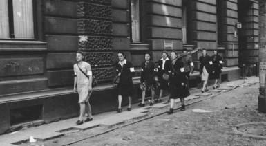 Lokajski_-_Sanitariuszki_na_ulicy_Moniuszki_(1944)